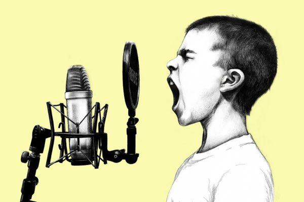 Actionbild-Bub-mit-Mikrofon