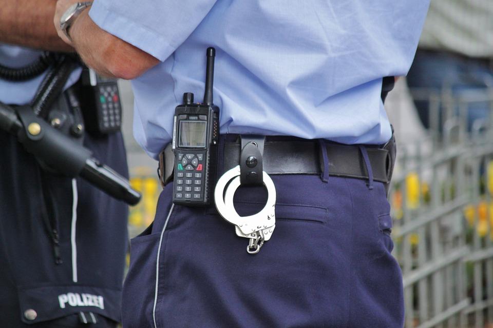 Actionbild-Polizist-mit-Funkgeraet