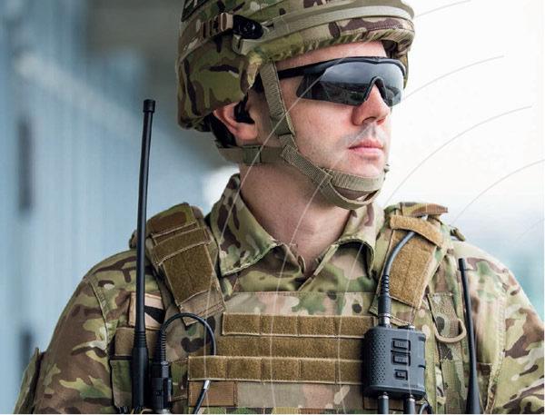 Actionbild-Soldat-mit-Invisio-System