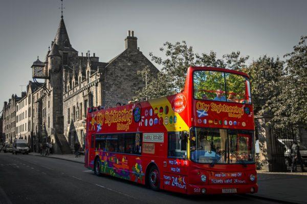 Actionbild-Stadtfuehrung-Bus-Sightseeing-Touristen