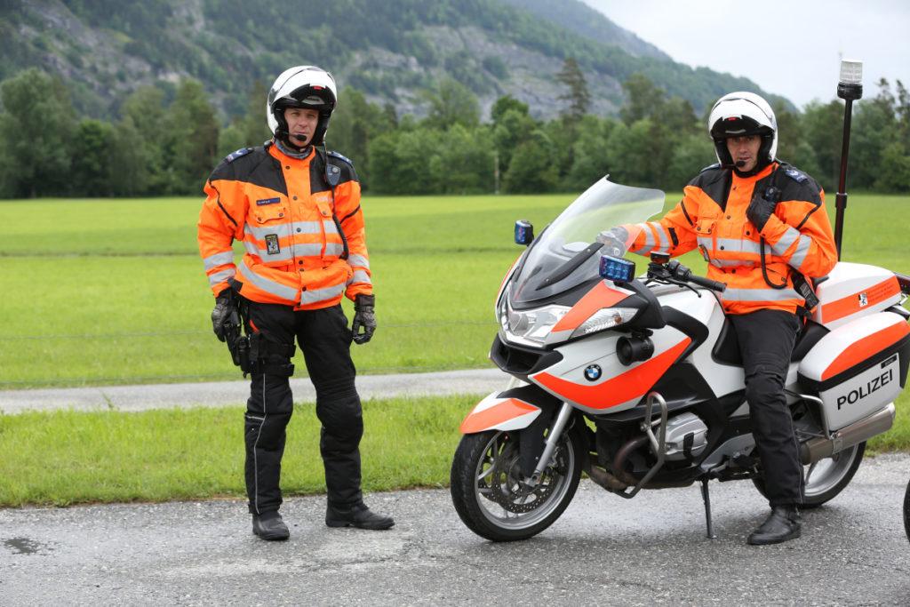 Polizisten-mit-Motorradhelm