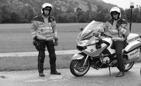 Polizisten-mit-Motorradhelm-SW